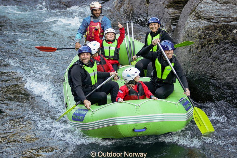 Familie rafting am Fluss in Voss